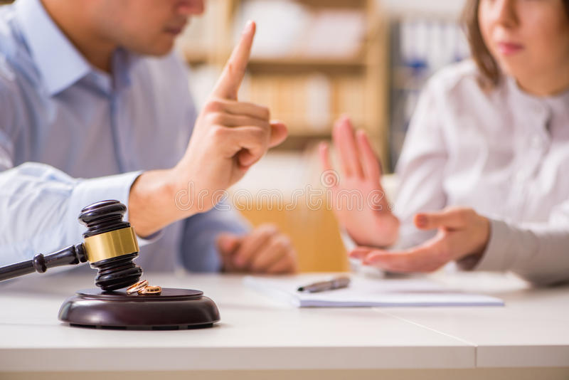 El mazo del juez que decide sobre divorcio de la boda imagen de archivo