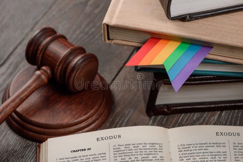 El mazo, el libro y el arco iris del juez imágenes de archivo libres de regalías