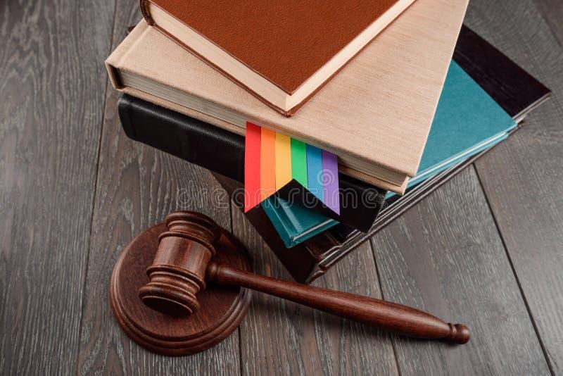 El mazo y los libros del juez imagen de archivo libre de regalías