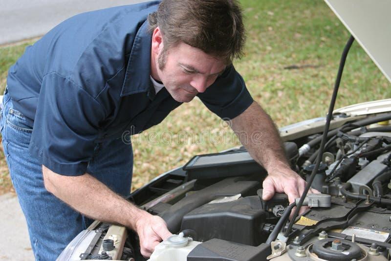 El mecánico auto controla el motor fotos de archivo