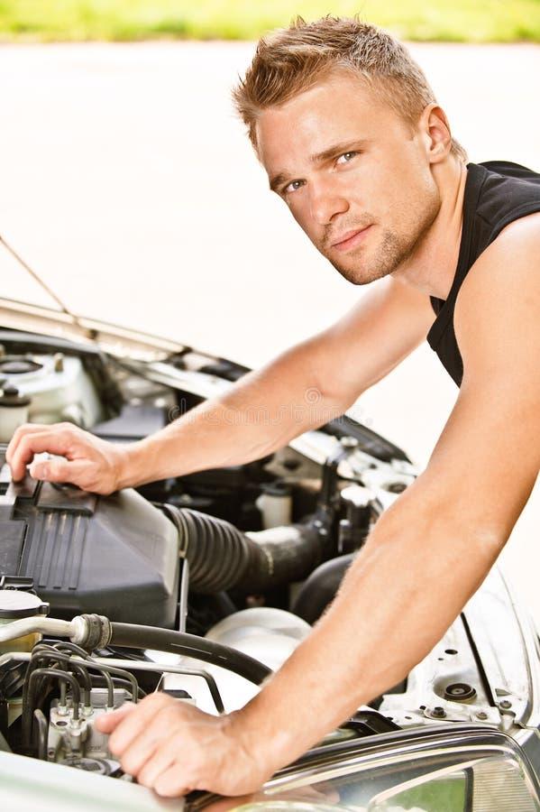 El mecánico del coche repara el motor imagen de archivo libre de regalías