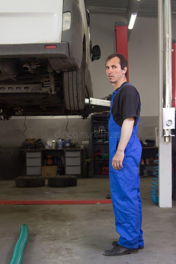 El mecánico está bombeando para arriba rueda en la gasolinera fotos de archivo libres de regalías