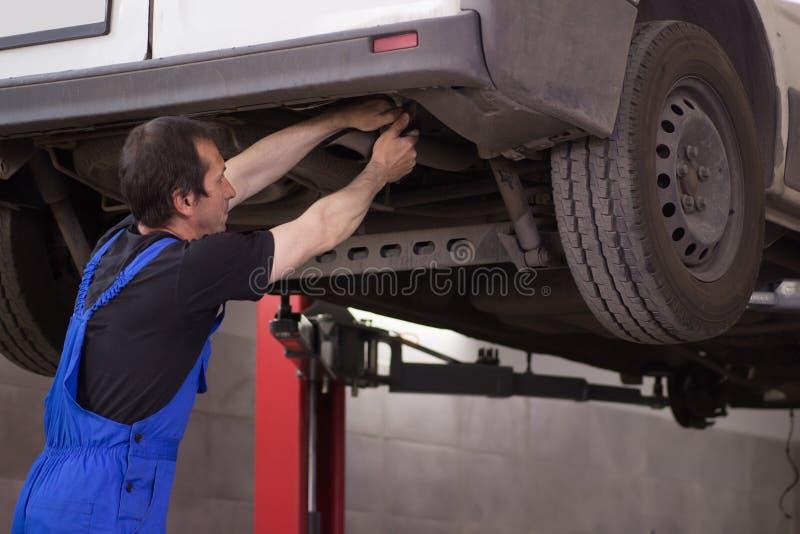 El mecánico está bombeando para arriba rueda en la gasolinera foto de archivo libre de regalías