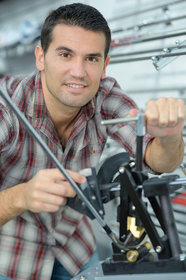 El mecánico profesional trabaja en taller imágenes de archivo libres de regalías