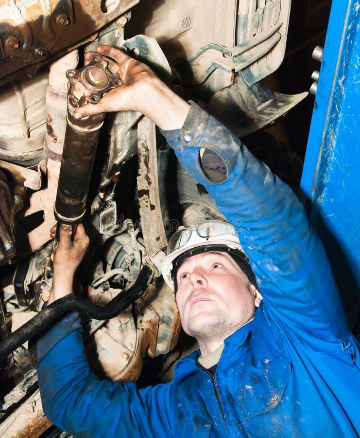 El mecánico repara el coche imagen de archivo