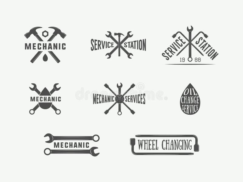 El mecánico y el coche del vintage mantienen logotipos, emblemas, insignias, etiquetas, marcas, impresiones y los carteles ilustración del vector