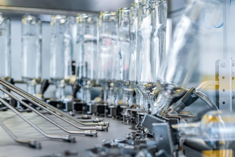 El mecanismo de trabajo de la máquina para las botellas de cristal que se lavan Foto del primer imagen de archivo