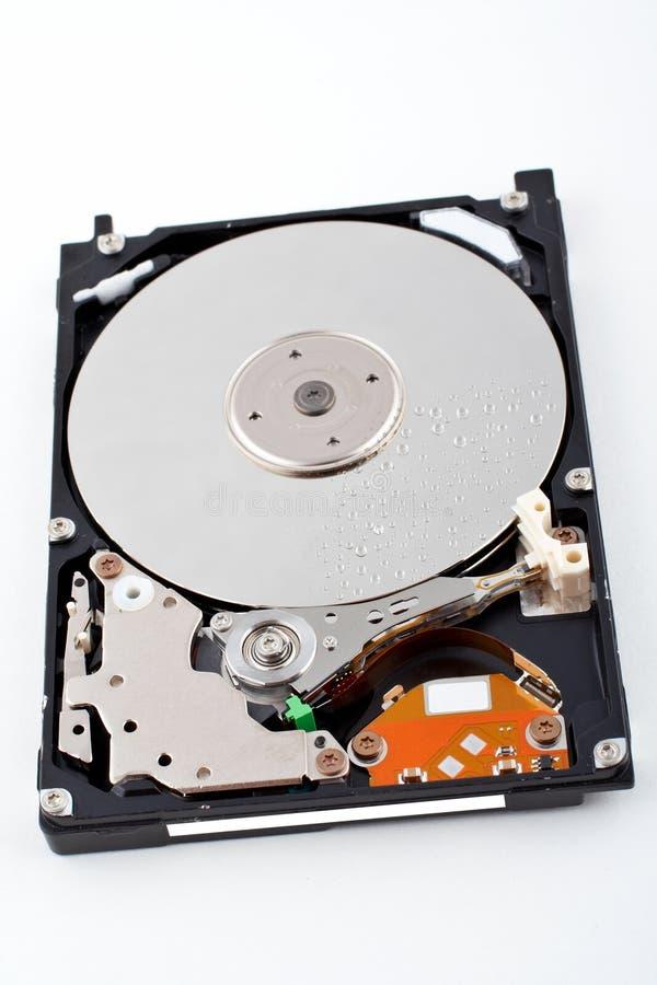 El mecanismo impulsor de disco duro abierto, con agua cae fotografía de archivo libre de regalías