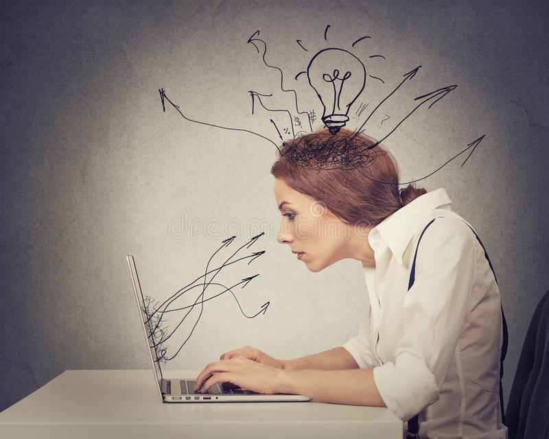 El mecanografiar de trabajo joven de la mujer de negocios en el ordenador en oficina imágenes de archivo libres de regalías