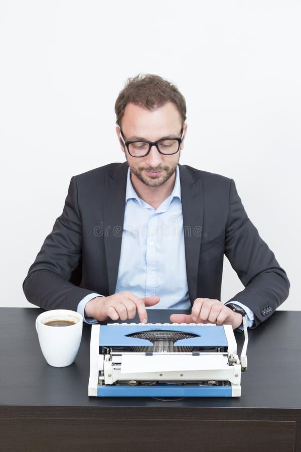 El mecanografiar del escritor fotografía de archivo