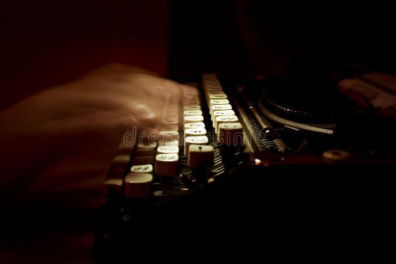 El mecanografiar en una máquina de escribir del vintage imagenes de archivo