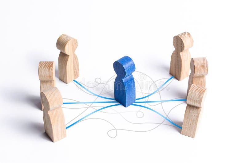 El Mediador estableciendo contacto entre personas Servicio de mediación diálogo, mayor comprensión y eficacia foto de archivo