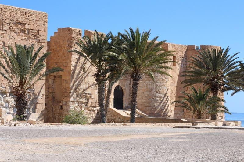 EL medieval Kebir de Bordj da fortaleza na costa mediterrânea de Tunísia fotografia de stock