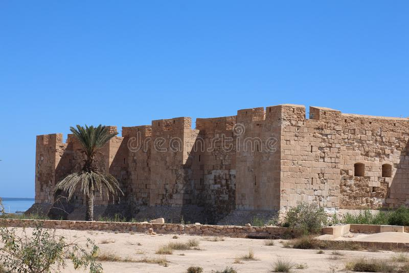 EL medieval Kebir de Bordj da fortaleza na costa mediterrânea de Tunísia fotografia de stock royalty free
