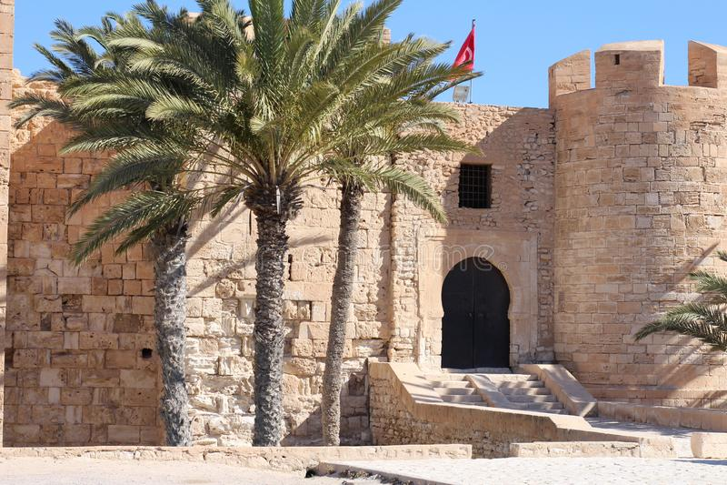 EL medieval Kebir de Bordj da fortaleza na costa mediterrânea de Tunísia foto de stock royalty free