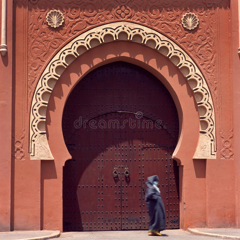 El medina de Marrakesh adornó la puerta fotografía de archivo libre de regalías