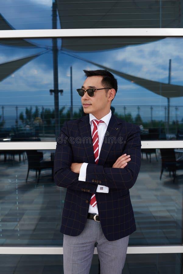 El medio retrato de la longitud del CEO acertado del hombre se vistió en la ropa corporativa que se colocaba con los brazos cruza fotografía de archivo