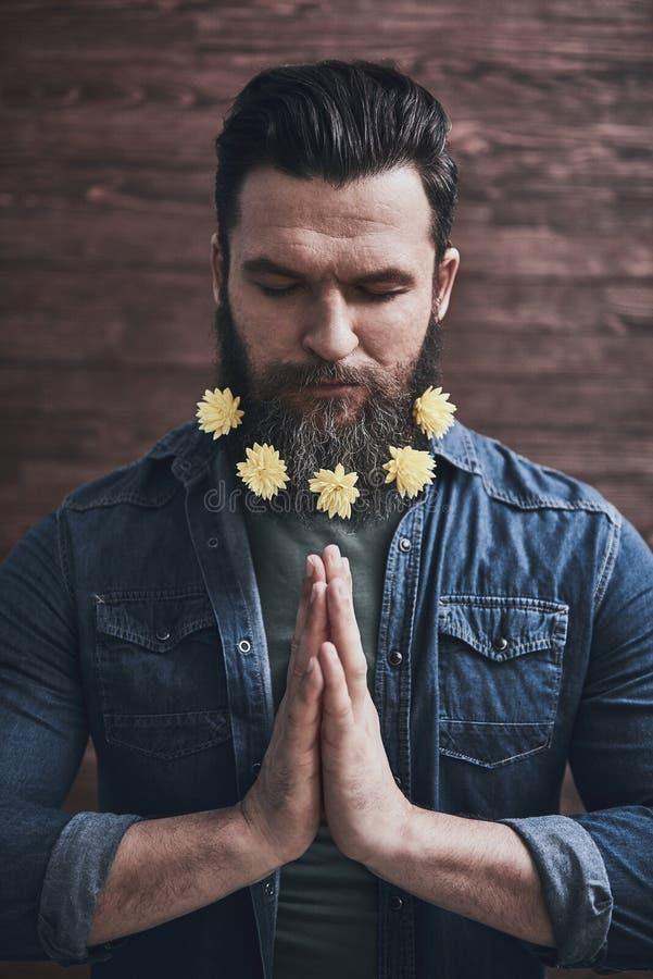 El meditar barbudo del hombre fotografía de archivo