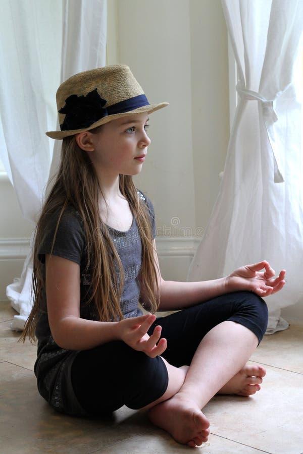 El meditar de la muchacha fotografía de archivo libre de regalías