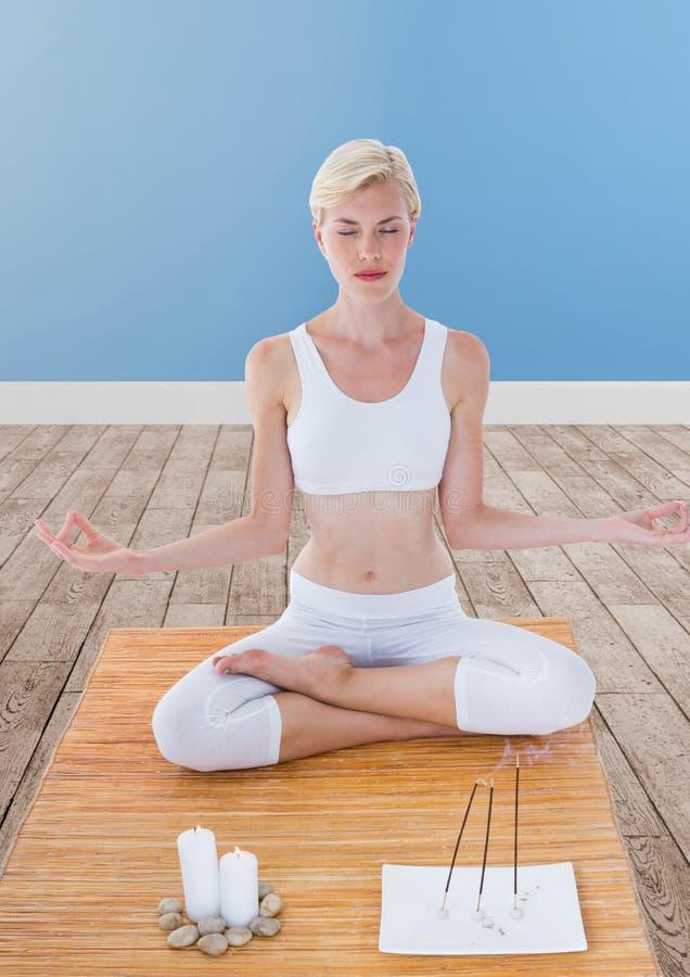 El meditar de la mujer pacífico en sitio foto de archivo libre de regalías