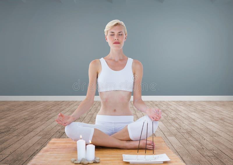 El meditar de la mujer pacífico en sitio imagen de archivo libre de regalías