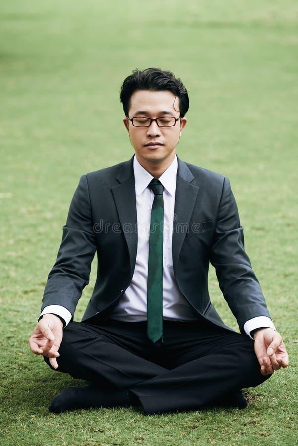 El meditar del hombre de negocios imagen de archivo