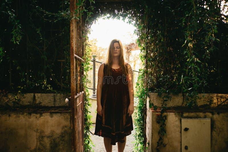 El meditar joven espiritual sereno de la mujer del pelirrojo fotografía de archivo