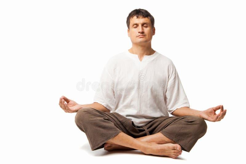 El meditar pacífico del hombre aislado sobre blanco foto de archivo libre de regalías