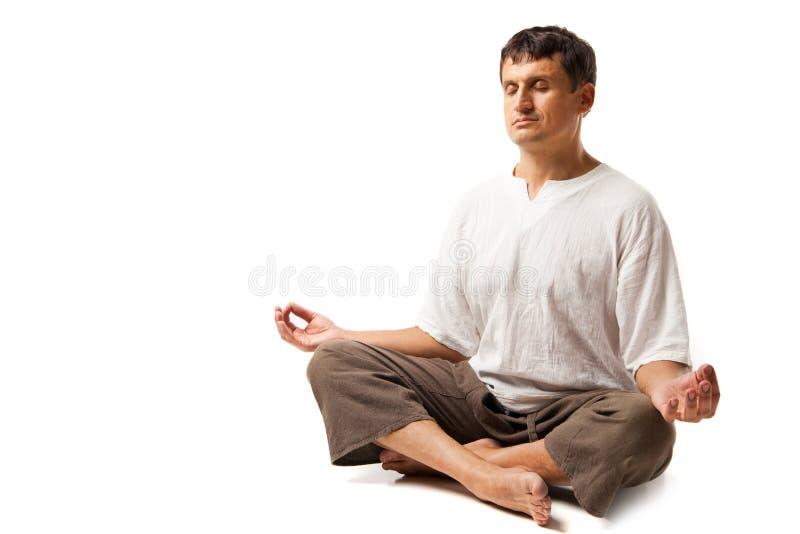 El meditar pacífico del hombre aislado sobre blanco imagen de archivo