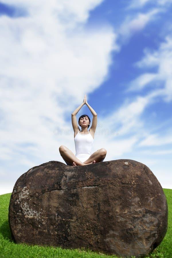 El meditating de la mujer joven al aire libre fotos de archivo libres de regalías