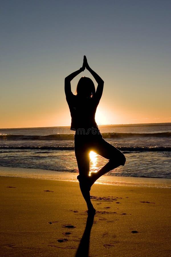 El Meditating en la salida del sol foto de archivo libre de regalías