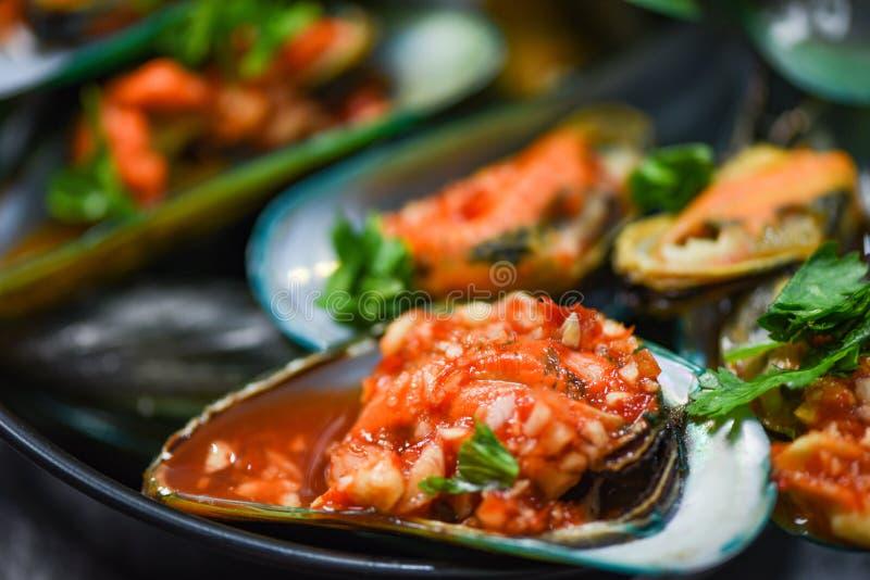 El mejillón que cocinaba la placa de los mariscos de la cacerola con la cena gastrónoma del océano de la cáscara de los mejillone imagen de archivo libre de regalías