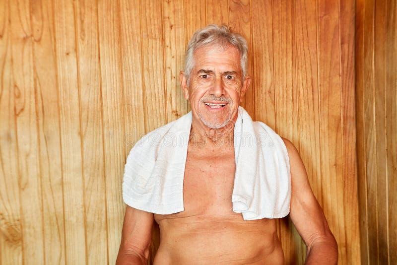El mejor Ager disfruta de la sauna en el hotel del balneario foto de archivo libre de regalías