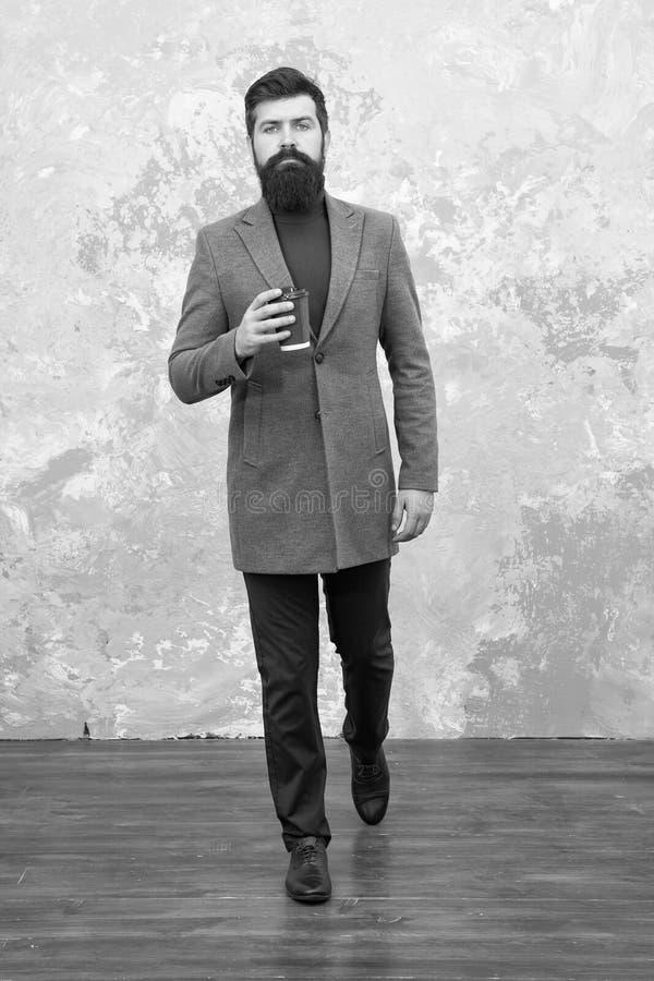 El mejor caf? a ir hombre de moda con la barba E Modelo de manera masculino Hombre de negocios maduro imagen de archivo