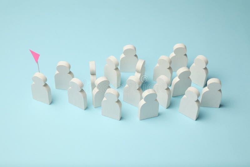 El mejor empleado del equipo Competencia, selección para la posición Figuras blancas de la gente en un fondo azul, negocio imágenes de archivo libres de regalías