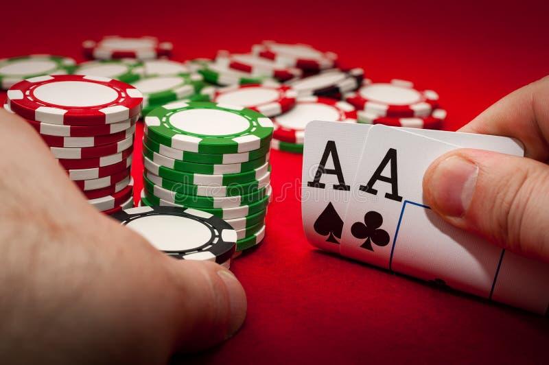 El mejor juego en póker o el concepto afortunado de la mano con el jugador que iba todo adentro con los as del bolsillo dos as co fotografía de archivo