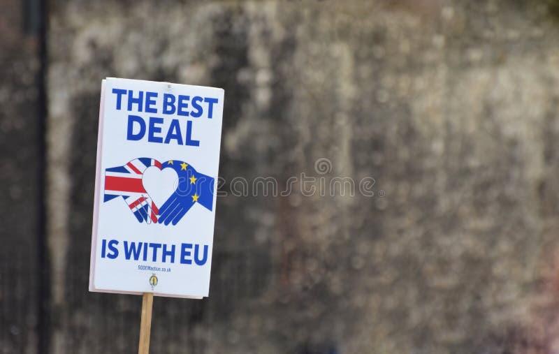 El mejor trato está con la bandera de la UE en Londres Westminster julio de 2019 imagenes de archivo