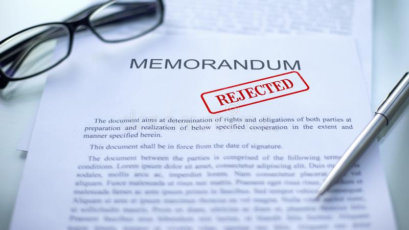 El memorándum rechazó, sello selló en el documento oficial, contrato del negocio imagen de archivo