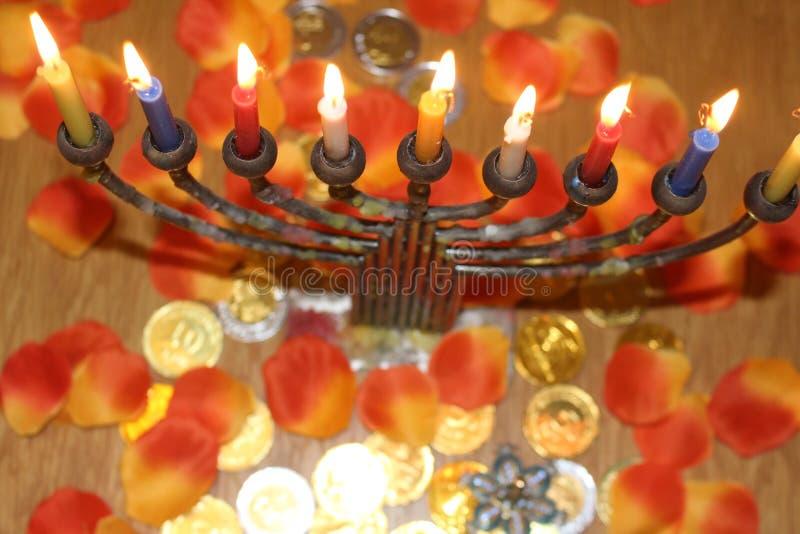 El menorah judío con las velas y el chocolate encendidos acuña Jánuca y símbolo judaico del día de fiesta imagen de archivo libre de regalías