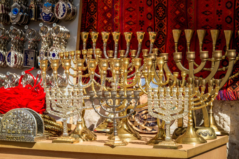 El menorah, mercado árabe en la ciudad vieja de Jerusalén fotografía de archivo libre de regalías