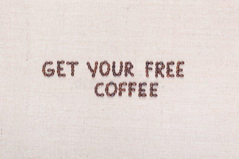 El mensaje consigue su caf? libre escrito con los granos de caf?, alineados en el centro foto de archivo libre de regalías