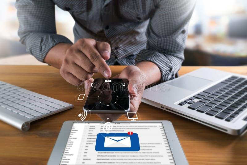 El mensaje de la conexión de la comunicación del correo al envío entra en contacto con el teléfono imagenes de archivo