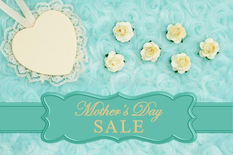 El mensaje de la venta del día de madre con un corazón con el cordón en trullo pálido subió tela de la felpa stock de ilustración