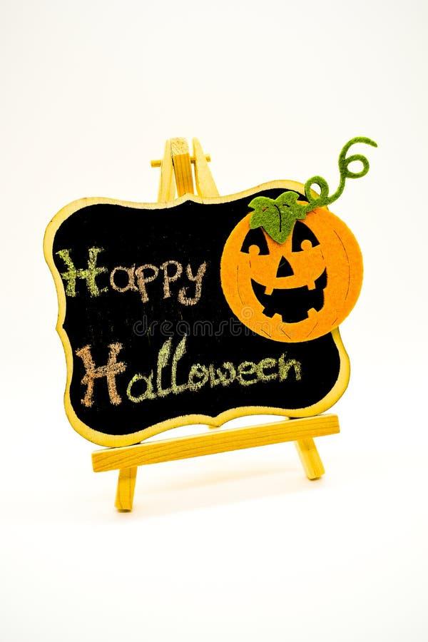 El mensaje del feliz Halloween escribe en una pizarra con la calabaza Aislado en el fondo blanco foto de archivo libre de regalías
