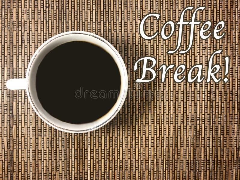 El mensaje ese descanso para tomar café con una taza de café en el fondo de mimbre fotos de archivo