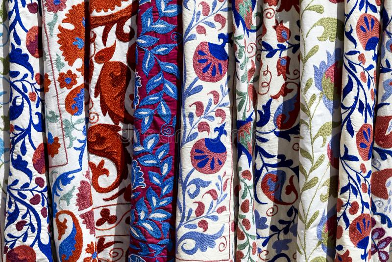 El mercado atasca con la materia textil tribal decorativa con el patt colorido fotografía de archivo libre de regalías