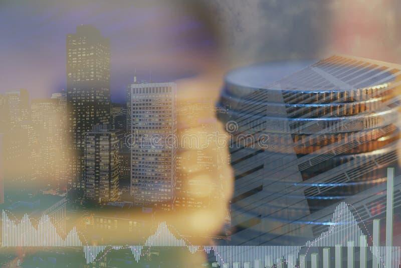 El mercado de acci?n o el gr?fico y la palmatoria comerciales de las divisas trazan conveniente para el concepto de la inversi?n  fotografía de archivo