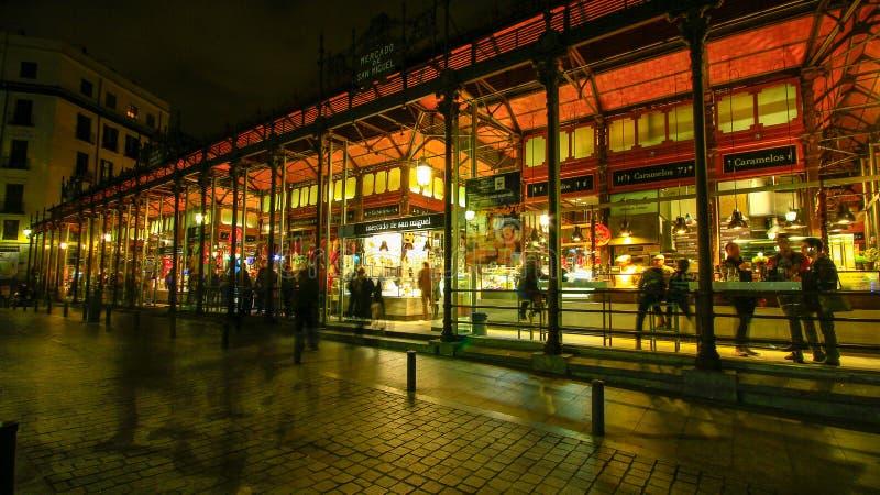 El mercado de San Miguel en Madrid céntrica, España imagenes de archivo