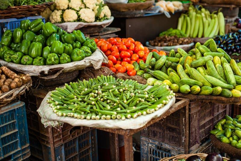 El mercado del granjero asiático que vende verduras frescas foto de archivo libre de regalías