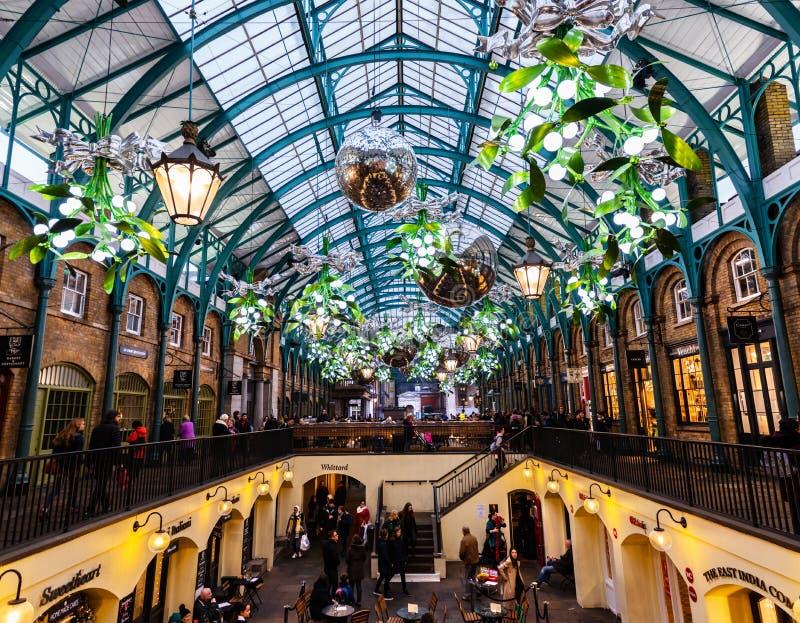 El mercado del jardín de Covent en Londres adornó para la Navidad fotos de archivo libres de regalías
